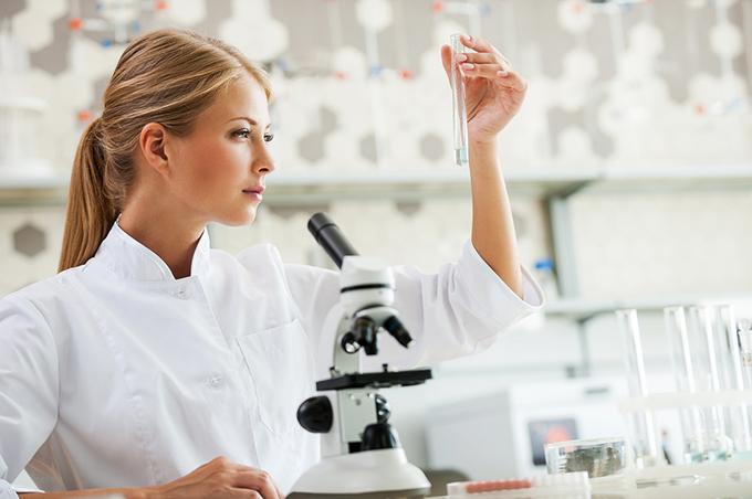 試験管を持っている女性の画像