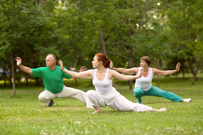運動している男女の画像