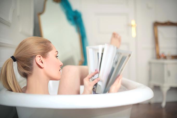 お風呂で雑誌を読む女性