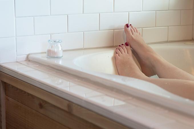 湯船につかっている女性の足