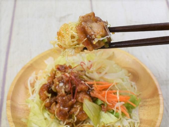 箸ですくった「油淋鶏のサラダ」の画像
