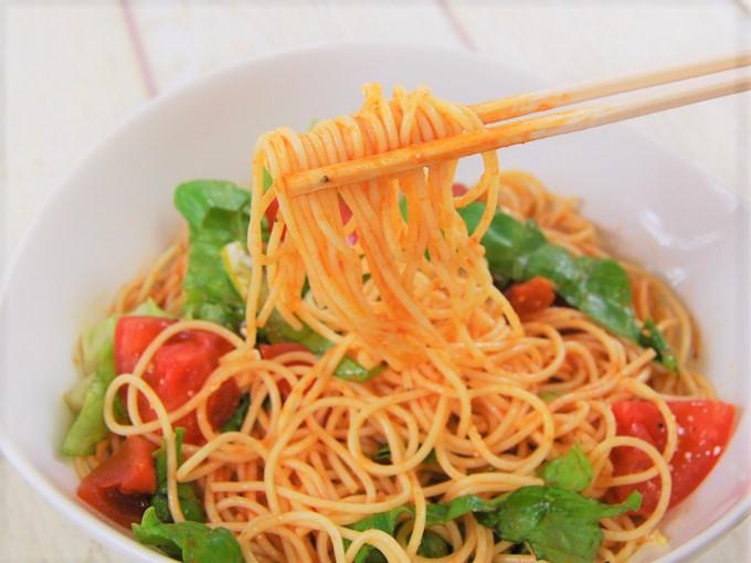 箸ですくった「冷たいパスタトマトとクリームチーズ」の画像