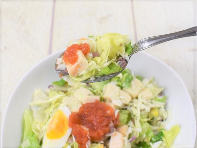 スプーンですくった「12品目のチョップドサラダ」の画像