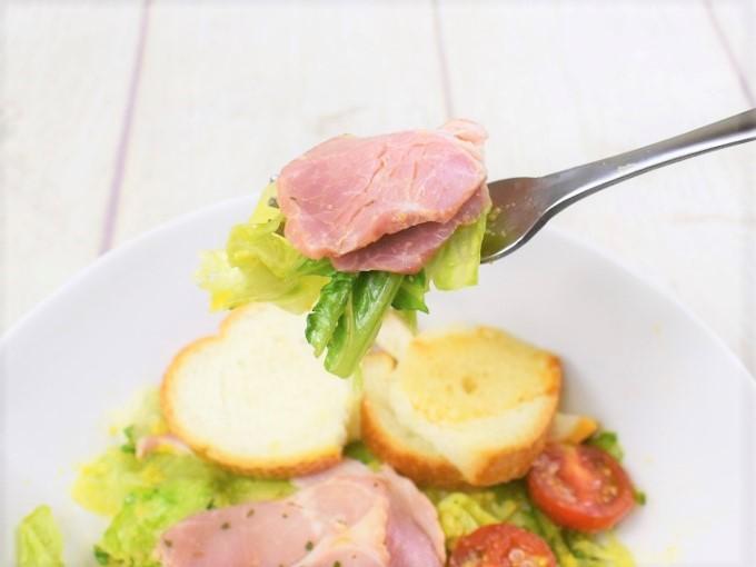 フォークですくった「バゲットサラダ(すりおろし人参ドレッシング)」の画像