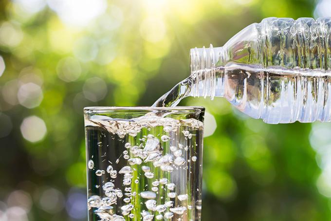 ペットボトルからグラスに水を注ぐ