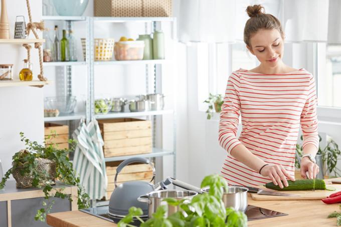 キッチンで調理中の女性