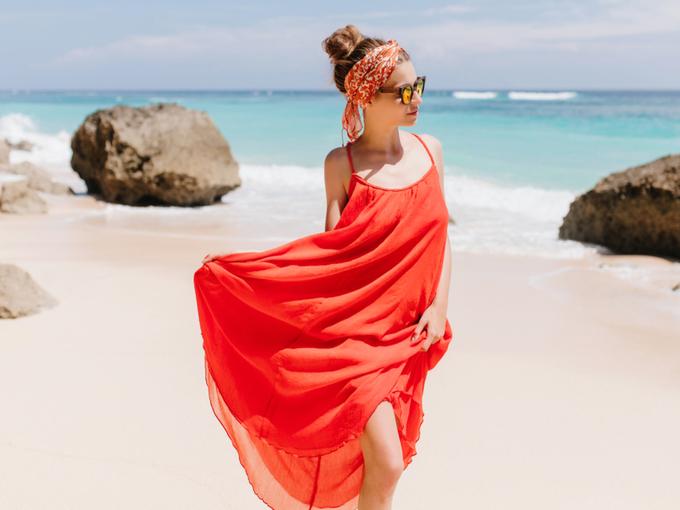 赤いワンピースを着た女性