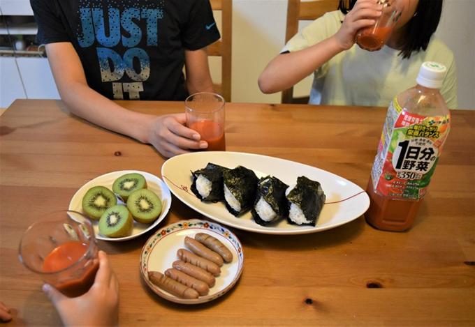 家庭で1日分の野菜飲んでいる写真