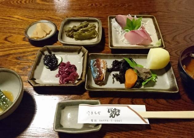 小鉢が多数ある和食の写真