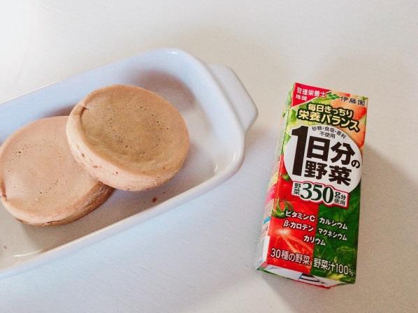 パンと1日分の野菜の写真