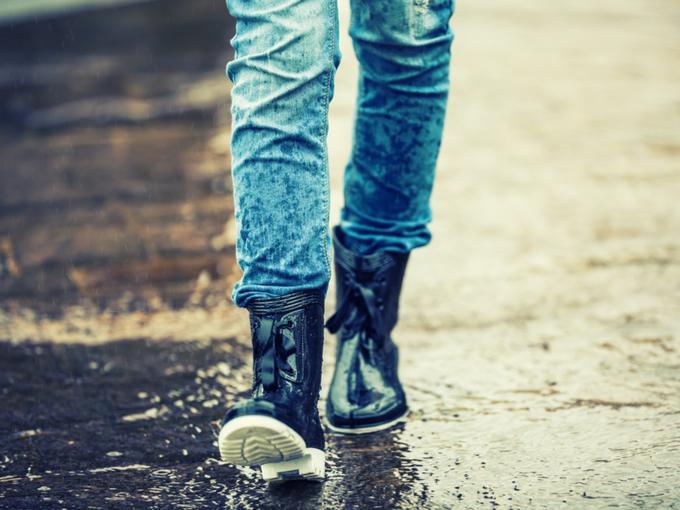雨で濡れるジーンズの写真