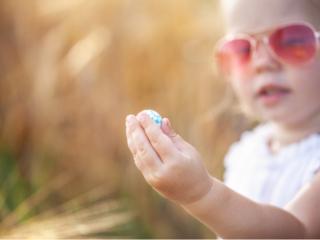 女の子が手におもちゃ
