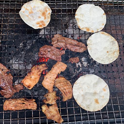 トルティーヤやお肉を焼いている