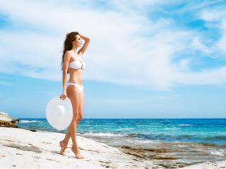 海でかっこいい水着姿を披露する女性