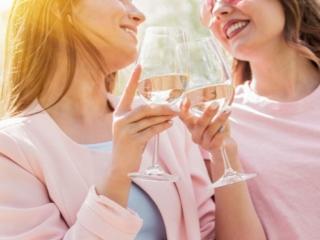外で白ワインを飲む女性ふたり