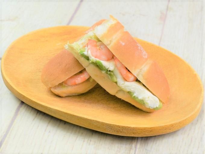 お皿に盛った「海老&アボカド(クリームチーズ入り)」の画像