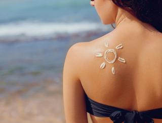 日焼けした肌に「鮭の皮」を貼る!? 世界の夏トラブル回避術が斬新♪