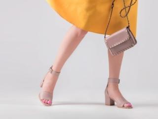 サンダルをはいた女性の足元
