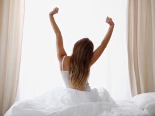 目覚めのよい朝を迎える女性