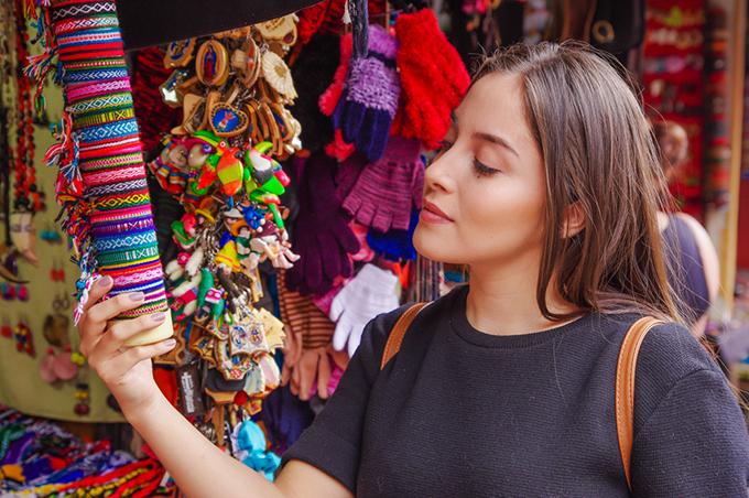 お店のミサンガを見ている女性