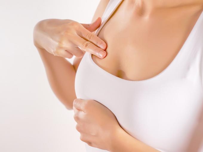 乳がんのセルフチェックをする女性