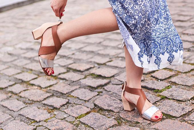 サンダルをはいた女性の足元の画像