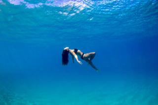 アンジェラさんが海中で浮かんでいる画像