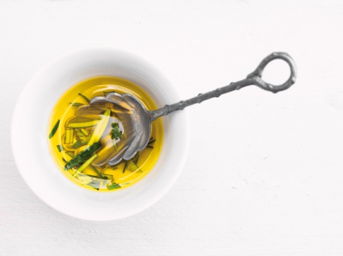 スプーンでオリーブオイルをすくう