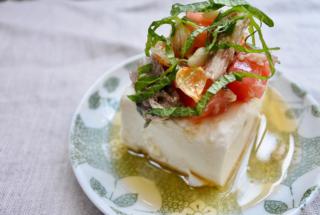 夜のおかずにオススメの「サバ缶とトマトの豆腐のせ にんにくオイルがけ」