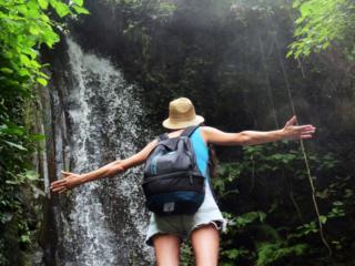 自然のパワーを体感する旅行者