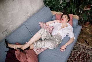 女性がソファで寝転がっている写真
