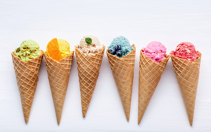 カラフルなアイスクリームが並んでいる画像