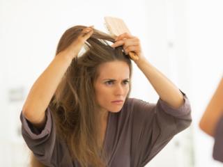 険しい顔をしながら女性がブラッシングしている画像