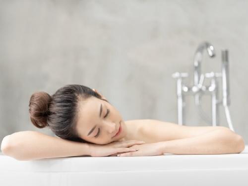 浴槽に使っている女性