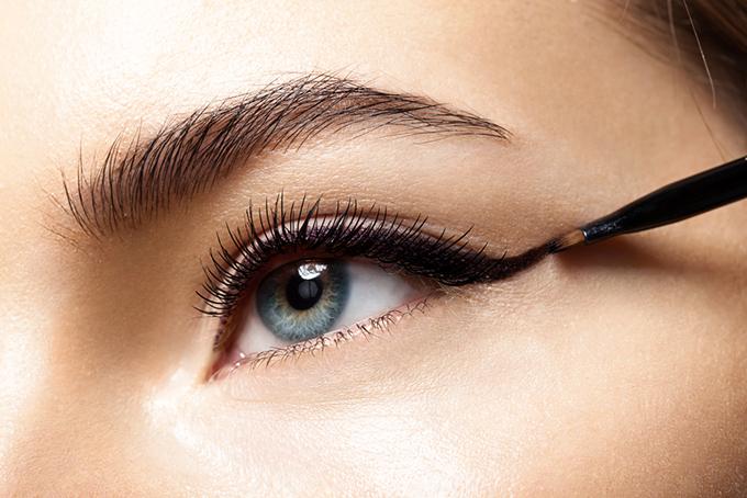 女性の目元画像