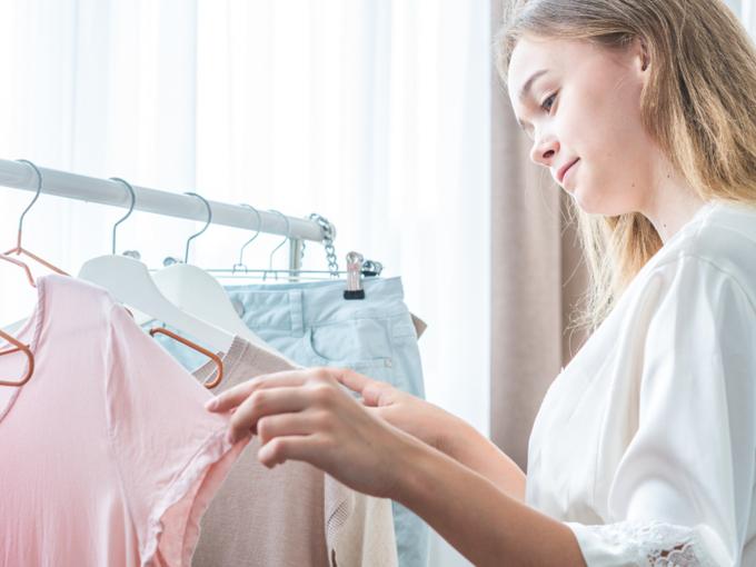 服を選んでいる女性の画像