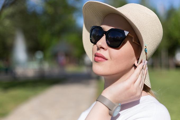 帽子とサングラスを装着した女性の画像