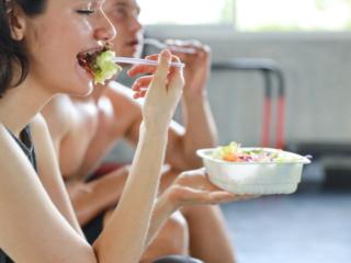ワークアウト後に食事する女性