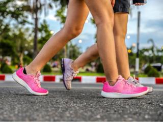 歩いている女性の足もとの画像