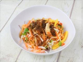 皿に盛られた「野菜を楽しむ! ピリ辛ヌードル」の画像