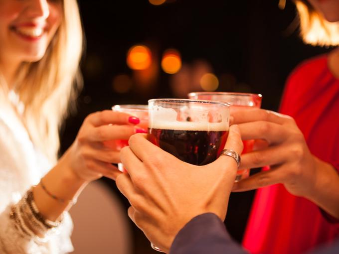 お酒で乾杯する人たち