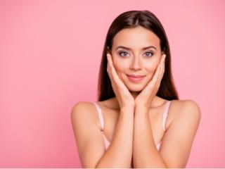 肌に手のひらをあて保湿を確認する女性