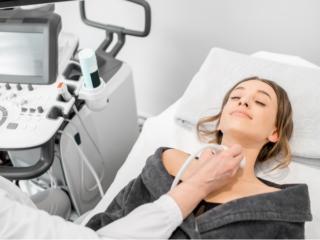 甲状腺の超音波検査を受ける女性