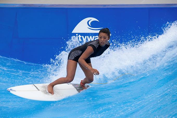 女性がサーフィンをしている写真