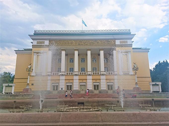 オペラ座と噴水の写真