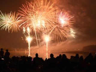 5〜7月生まれの9月は、誘われるまで待機が◎。夏の終わりの花火を楽しみましょう!