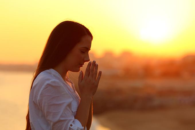 女性が祈っている写真