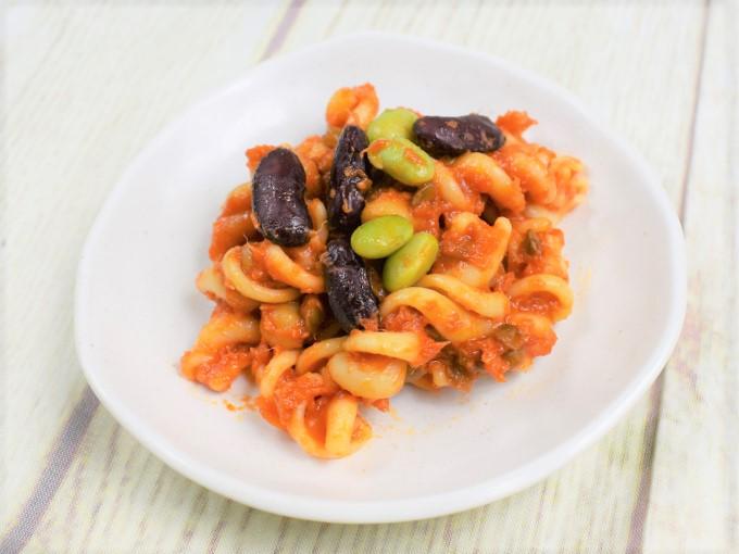 お皿に盛った「4種豆とフジリのサラダ」の画像