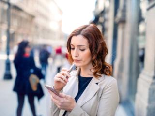 電子たばこを吸う女性