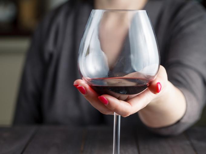 ワイングラスを差し出す女性
